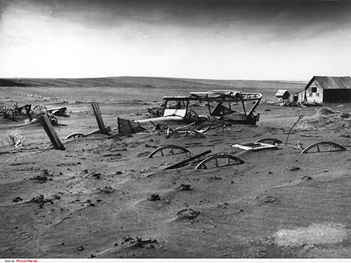 ダスト・ボウルが収まった後、村は砂塵で埋まっていた(1936年、サウスダコタ州)