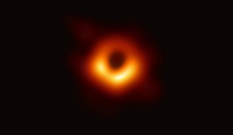 今回、撮影された銀河M87中心の巨大ブラックホール。(撮影 EHT Collaboration)