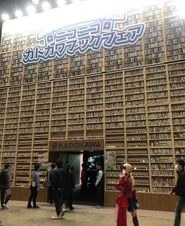KADOKAWAブースの巨大本棚